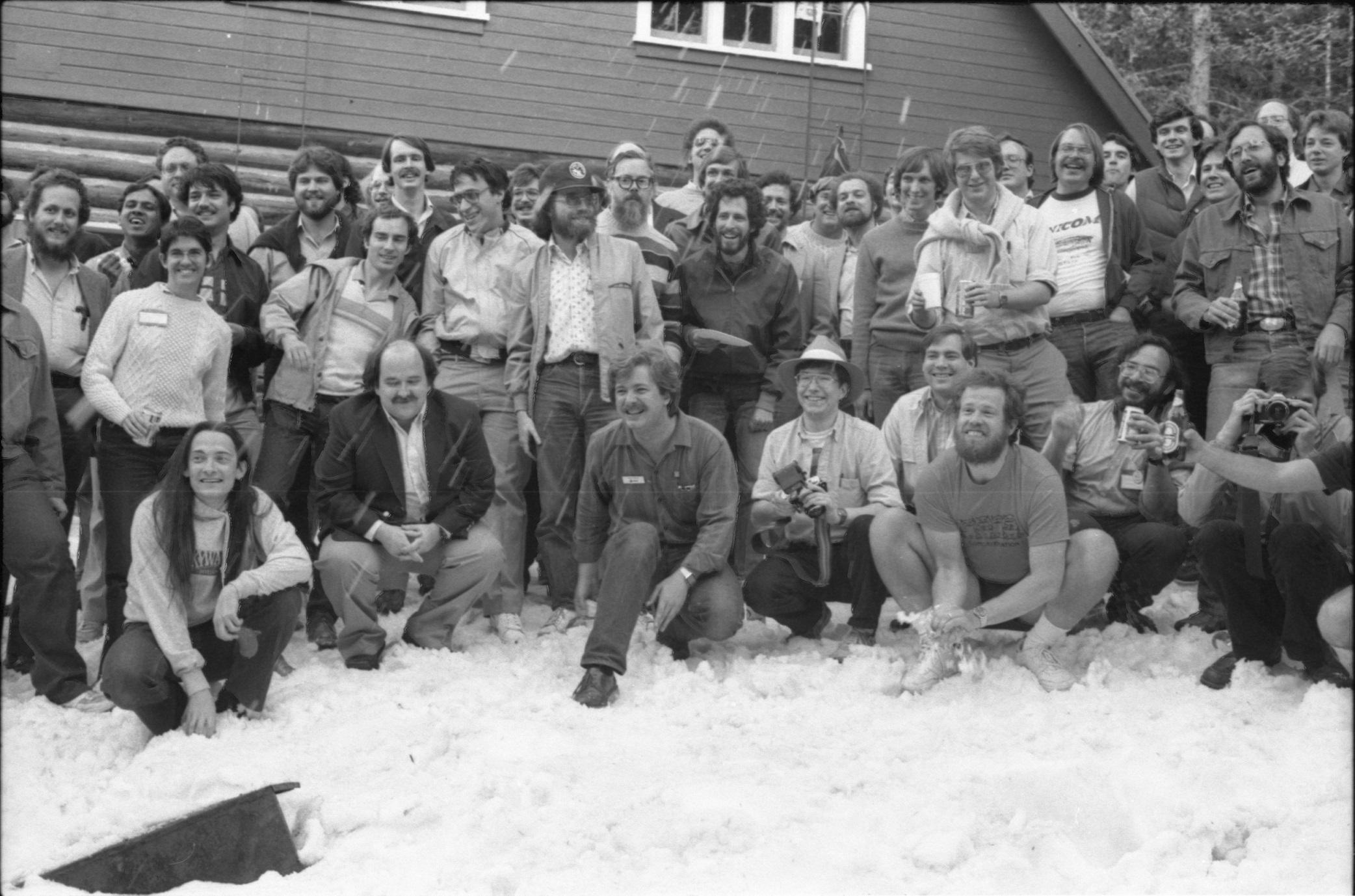 سخنرانان کنفرانس تابستانی یوزنیکس در سال ۱۹۸۴، دنیس ریچی، اریک آلمن، ساموئل لفلر، مایکل کارلز و تعدادی دیگر در تصویر دیده میشوند.